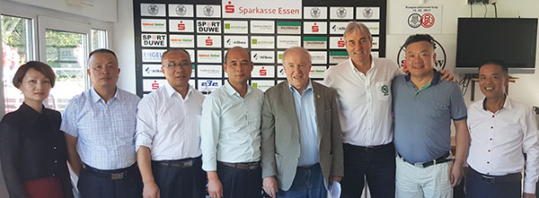 Heinz Hofer (1. Vorsitzender SW Esssen) stellte den Presseraum des Vereins für die Vertragsgespräche zur Verfügung. Hier mit Vertretern des Bildungsministeriums, Schulleitern von drei Schulen in Yiwu und Peter Schreiner.