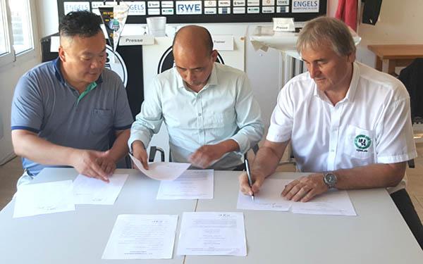 Peter Schreiner hier bei der Vertragsunterzeichnung mit den chinesischen Partnern